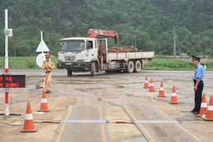 Lực lượng chức năng kiểm tra, kiểm soát xe quá tải, quá khổ  trên tuyến đường Hồ Chí Minh.