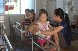 Do thời tiết nắng, nóng, Khoa nhi (Bệnh viện Đa khoa tỉnh) quá tải,   nhiều bệnh nhi phải nằm ghép.