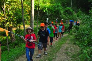 Học sinh đi bộ vào rừng luồng để chặt đốt luồng làm ống cơm lam.