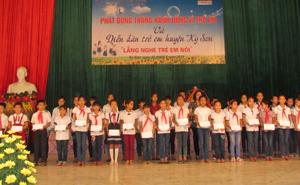 Lãnh đạo UBND huyện trao học bổng cho các em học sinh có hoàn cảnh khó khăn vươn lên trong học tập
