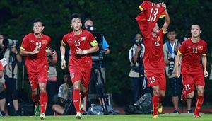 Các cầu thủ ĐT U23 Việt Nam ăn mừng bàn thắng với chiếc áo số 13 của Huỳnh Tấn Tài trên tay. (ảnh: Hải Đăng)