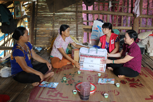 Lãnh đạo Hội Chữ thập đỏ tỉnh, Hội Chữ thập đỏ huyện Lạc Sơn thăm hỏi và tặng quà gia đình bà Quách Thị Sình,  xóm Mè, xã Bình Chân bị sập nhà do lốc xoáy.