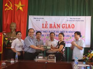 Đồng chí Trần Quang Khánh, Giám đốc Sở Y tế bàn giao trang thiết bị cho Tram y tế xã Ngọc Mỹ, huyện Tân Lạc.