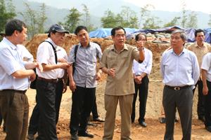 Đồng chí Nguyễn Văn Quang, Chủ tịch UBND tỉnh kiểm tra tình hình thực hiện các dự án đầu tư khu vực hồ Hòa Bình.                                       ảnh: p.v