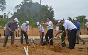 Đồng chí Nguyễn Văn Chương, Phó Chủ tịch UBND tỉnh và các đồng chí lãnh đạo huyện Kim Bôi tham gia trồng cây xanh bảo vệ môi trường tại khu xử lý rác thải huyện Kim Bôi (xóm Bãi, xã Kim Bình).