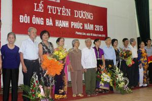 Các đôi ông, bà hạnh  phúc của phường Phương Lâm (TP. Hoà Bình) được tuyên dương tại buổi lễ.