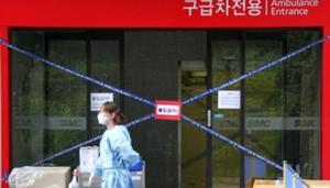 Một nhân viên y tế đi ngang qua một bệnh viện tại Thủ đô Seoul, Hàn Quốc, nơi có các bệnh nhân nhiễm MERS đang được điều trị. (Ảnh: Xinhua)