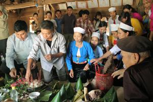 Con cháu mời thầy mo làm lễ vía kéo si cầu mong sức khoẻ cho ông Bùi Văn Hữu, 73 tuổi ở xóm Ráy, xã Văn Nghĩa (Lạc Sơn).