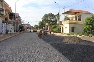 Tuyến đường nội thị thị trấn Vụ bản đang được tưới nhựa bám dính tạp phẳng toàn tuyến góp phần hoàn thiện hạ tầng khu vực trung tâm huyện lỵ