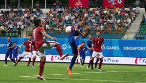 Một pha tranh bóng trong trận đấu giữa U23 Indonesia và U23 Philippines. (ảnh: CNA)