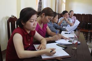 Cán bộ xã Bắc Phong (Cao Phong) thường xuyên cập nhật, nghiên cứu các chính sách, pháp luật về DS /KHHGĐ.