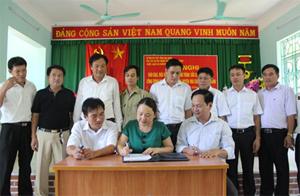 Đại diện Sở NN&PTNT, UBND huyện Mai Châu và xã Chiềng Châu ký bàn giao đưa vào sử dụng công trình cấp nước xã Chiềng Châu.