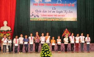 Lãnh đạo Hội LHPN huyện trao quà cho con em hội viên nghèo, có thành tích cao trong học tập tại buổi lễ.