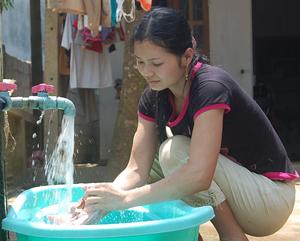 Được Nhà nước đầu tư, nhân dân đóng góp công sức, tiền của, đến nay trên 91% hộ dân xã Tân Mỹ (Lạc Sơn) đã được sử dụng nước sạch.