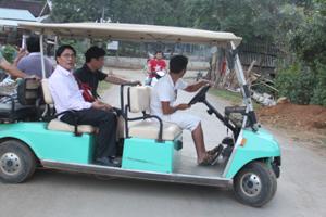 Xe điện chở khách ở bản Lác, xã Chiềng Châu (Mai Châu) mang đến cho du khách sự tiện lợi và thú vị.