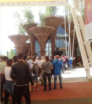 Du khách quốc tế xếp hàng vào tham quan Nhà triển lãm Việt Nam tại Ý.