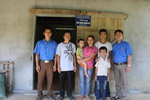 Đại diện Huyện đoàn, Hội đồng Đội huyện bàn giao nhà cho gia đình em Hà Văn Chuẩn.
