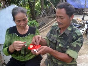 ông Bùi Thanh Vững cùng vợ  ôn lại kỷ niệm về những ngày canh cho giấc ngủ của Bác Hồ.