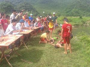 Các đội tham gia phần thi thực hành cấp cứu nạn nhân đuối nước.