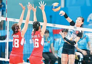 Một pha đánh bóng của cầu thủ bóng chuyền nữ Việt Nam (bên phải) trong trận thắng đội Phi-li-pin 3-0.