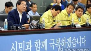 Thị trưởng thành phố Seoul, Park Won-soon (bên trái), phát biểu trong một cuộc họp khẩn cấp với quan chức thành phố để thảo luận các biện pháp nhằm ngăn ngừa dịch bệnh MERS tiếp tục lây lan tại Seoul, ngày 16-4-2015. (Ảnh: Yonhap)