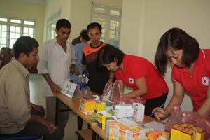 Cán bộ Hội Chữ thập đỏ thành phố Hòa Bình cấp phát thuốc miễn phí cho các gia đình chính sách.