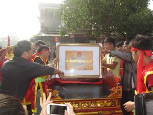 Đông đảo nhân dân dự lễ đón bằng xếp hạng di tích cấp tỉnh tại chùa Quất Lâm, xã Hòa Sơn (Lương Sơn).