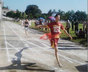 Các vận động viên tăng tốc về đích nội dung chạy nam.