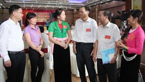 Đại diện lãnh đạo Báo Hòa Bình trao đổi nghiệp vụ với các cộng tác viên. Ảnh: Hồng Duyên.