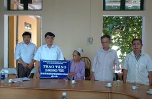 Lãnh đạo hội NCT tỉnh trao số tiền 15 triệu đồng hỗ trợ làm nhà  cho bà Nguyễn Thị Tiến, thôn Đồng Cạo, xã Thống Nhất (TP. Hòa Bình).