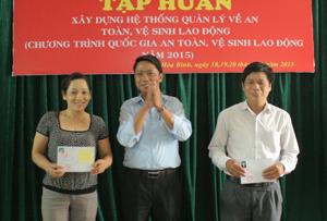 Cán bộ Sở LĐ-TB&XH trao giấy chứng nhận huấn luyện ATVSLĐ cho các học viên đạt loại giỏi.