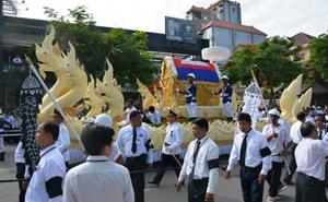 Linh cữu nhà lãnh đạo Chea Sim phủ trong quốc kỳ Campuchia, được rước qua một số tuyến phố với hàng nghìn người dân đứng tiễn đưa dọc hai bên đường.