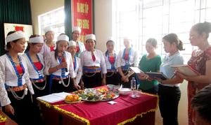 Ban giám khảo chấm điểm phần thi của các đội.