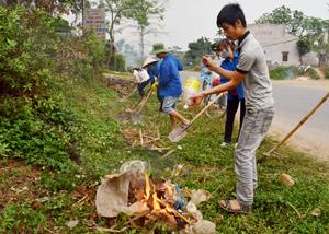 """Thực hiện phong trào """"Ngày thứ bảy tình nguyện"""", ĐV-TN xã Tú Sơn (Kim Bôi) tích cực thu gom rác thải, làm sạch đường làng, ngõ xóm."""