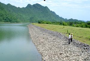Hồ Ngọc Lương 1 và 2, trong đó công trình hồ Ngọc Lương 2 có chiều cao thân đập 5,5 m, dung tích chứa 1,15 triệu m3, bảo đảm tưới cho hàng trăm ha thuộc các xóm Chiềng, Trường Sơn, Liên, Đồi 1 và 2.