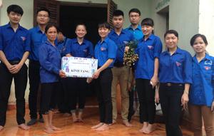 ĐV- TN tặng quà gia đình chính sách ông Nguyễn Thành Trung, xóm Nưa, xã Độc Lập.