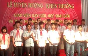 Trẻ em thành phố Hoà Bình trong lễ tuyên duơng khen thưởng học sinh giỏi và trao học bổng năm học 2014  - 2015.
