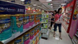Người dân mua sắm tại gian hàng sữa công thức cho trẻ sơ sinh nhập khẩu tại một siêu thị ở Bắc Kinh, Trung Quốc. (Ảnh: AP).