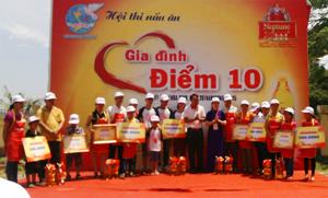 Ban tổ chức trao giải cho các gia đình đạt giải.