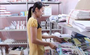 Cán bộ DS/KHHGĐ huyện Đà Bắc chuẩn bị tài liệu, tờ rơi tuyên truyền về mất cân bằng giới tính khi sinh.