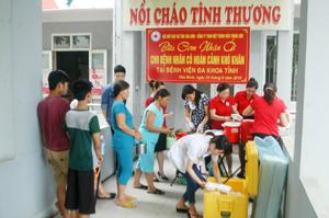 Lãnh đạo Hội CTĐ tỉnh, Công ty TNHH một thành viên Thành Sơn - Hòa Bình phát cơm cho bệnh nhân tại Bệnh viện Đa khoa tỉnh.