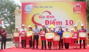 Đại diện lãnh đạo Hội LHPN tỉnh, huyện Cao Phong và nhà tài trợ tặng quà cho các gia đình đạt giải.