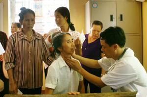 Hoạt động chăm sóc sức khỏe NCT nhận được sự quan tâm, vào cuộc của các cấp ủy Đảng, chính quyền, hội, đoàn thể. ảnh: CLB thầy thuốc trẻ Bệnh viện Đa khoa tỉnh khám, cấp thuốc miễn phí cho NCT xã Hòa Bình (TPHB).
