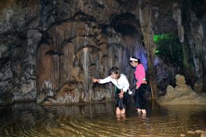 Quần thể hang động núi Đầu Rồng tại thị trấn Cao Phong thu hút du khách đến thăm quan.