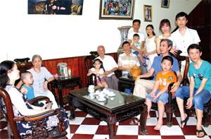 Ngày nay vẫn còn nhiều gia đình 3 - 4  thế hệ cùng chung sống đầm ấm, hạnh phúc. (ảnh: Gia đình ông bà Hồ Quang Bích, tổ 17, phường Phương Lâm (TPHB) luôn chung sống hạnh phúc).