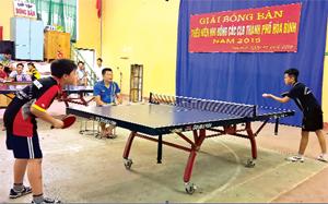 Các VĐV tham gia thi đấu tại giải bóng bàn thiếu niên, nhi đồng CLB thành phố Hòa Bình.