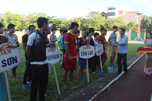 BTC trao cờ cho các đoàn VĐV tham dự giải điền kinh vô địch tỉnh năm 2015.