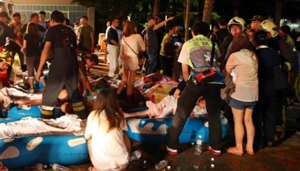 Nhiều người bị thương đang được sơ cứu tại hiện trường vụ cháy. (Ảnh: Xinhua)