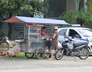 Một xe đẩy bán thức ăn nhanh trên đường Lê Thánh Tông (TP Hoà Bình).