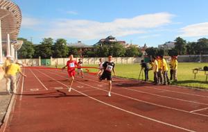 Các VĐV tranh tài ở nội dung cạy 100 m nam.